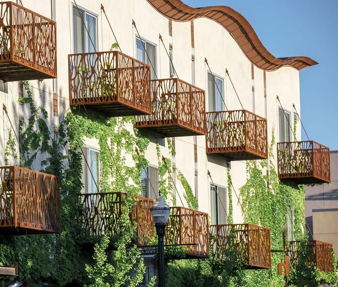 Khách sạn H2Hotel, California, Mỹ được chứng nhận vàng của tiêu chuẩn kiến trúc xanh quốc tế LEED. Từng chi tiết trong khách sạn đều có mục tiêu chính là bảo vệ môi trường. Sàn nhà bằng tre, ga trải giường may bằng vải hữu cơ và phần mái được thiết kế uốn lượn để lọc nước mưa. Một chi tiết ấn tượng khác của khách sạn chính là hệ thống pin mặt trời, được sử dụng để làm nóng nước cho các phòng và bể bơi. Ảnh: H2Hotel.