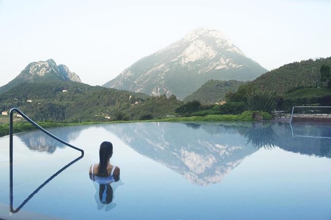 Lefay Resort & SPA Lago di Garda là khu nghỉ dưỡng mang lại những trải nghiệm đặc biệt ở vùng nông thôn Italy. Để giảm thiểu lượng tiêu thụ điện năng, khu nghỉ dưỡng được xây dựng trong vùng đồi núi, giúp tránh sự chênh lệch quá nhiều của nhiệt độ. Nước mưa sẽ được lưu trữ và những thực phẩm của địa phương sử dụng theo từng mùa. Ảnh: Booking.