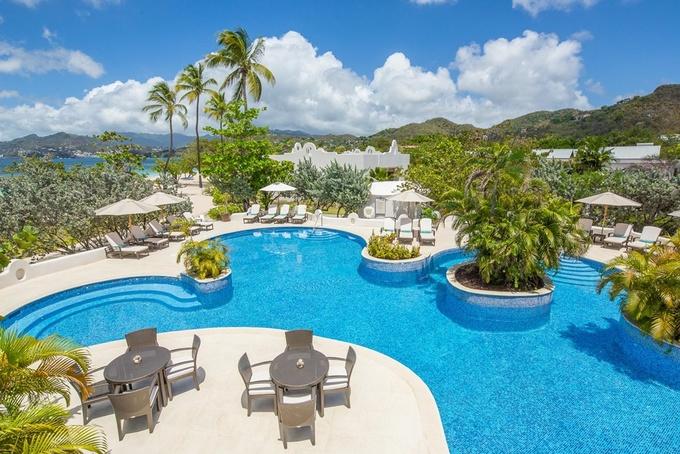Khu nghỉ dưỡng Spice Island Beach, Grenada biết rằng họ cần bảo vệ sự nguyên sơ của khu vực, bằng cách giảm những tác động xấu đến môi trường. Những tấm pin mặt trời, bể bơi không chất tẩy rửa và nhân viên thường xuyên dọn dẹp bãi biển là các hoạt động bảo vệ môi trường của khu nghỉ dưỡng này. Khách hàng cho biết họ hài lòng với những hoạt động tái chế ở đây. Ảnh: Spice Island Beach Resort.
