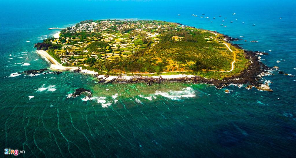 Xã An Bình (còn gọi là đảo Bé), huyện Lý Sơn, nhìn từ trên cao trông hệt con rùa đang bơi giữa biển trời mênh mông. Khác với nhiều xã đảo trong cả nước, thiên nhiên nơi đây được người dân bảo tồn hoang sơ, rạn san hô muôn sắc màu dày đặc còn nguyên vẹn.