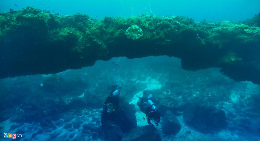 Vòm đá nham thạch núi lửa dưới nước ở đảo Bé uốn cong dài khoảng 100 m, có nhiều loài san hô sống ký sinh tuyệt đẹp. Khám phá vòm đá này, Thùy Trang (Kon Tum) cảm nhận vùng biển nơi đây ví như thủy cung giữa lòng di sản địa chất mê hoặc lòng người.
