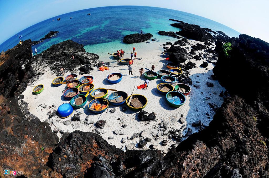 Thắng cảnh Bãi Sau, nơi du khách có thể liên hệ đội lái thuyền thúng đưa đi lặn ngắm san hô dọc ven biển gần với những vách đá trầm tích núi lửa hàng triệu năm.