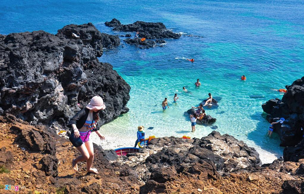 Giới trẻ tắm biển, hòa mình giữa làn nước trong vắt ở Bãi Sau, đảo Bé.