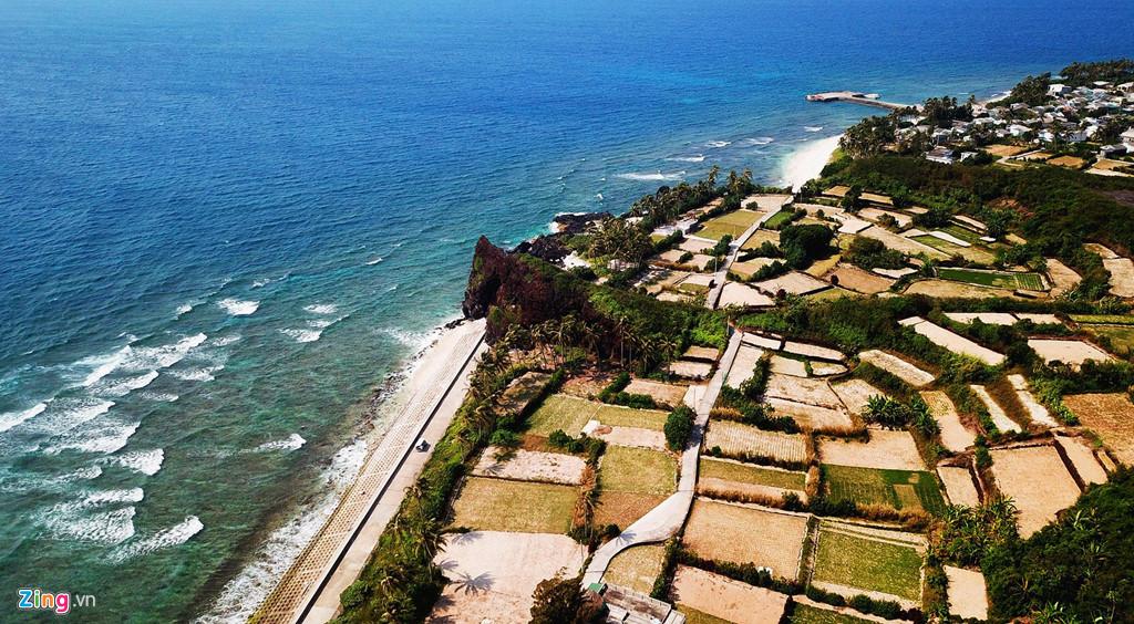 Khu vực thắng cảnh hòn Đụn, nơi có nhiều dải san hô tuyệt đẹp ven bờ ở xã đảo An Bình (huyện Lý Sơn).