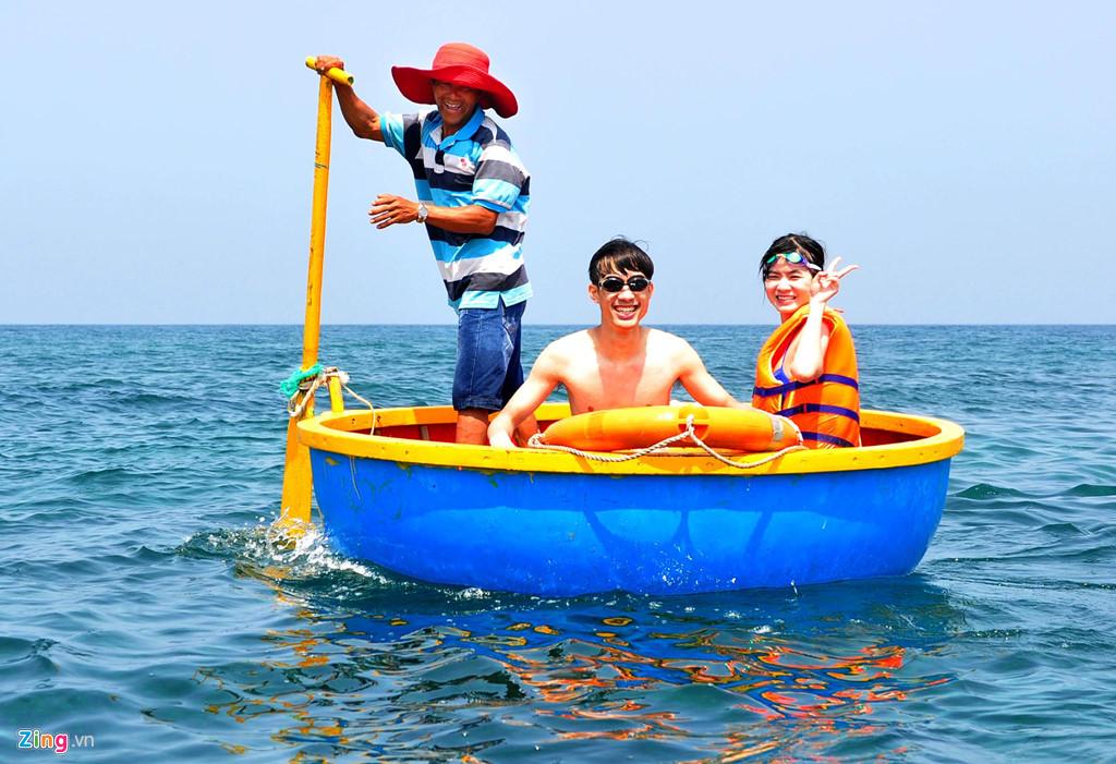 Người dân địa phương chèo ghe thúng đưa du khách lặn ngắm san hô quanh đảo. Nguyễn Văn Bình (TP. HCM) cho biết từng đi đảo Phú Quốc, Vũng Tàu, Nha Trang nhưng chưa bao giờ anh cảm thấy thú vị như lặn ngắm san hô ở đây.