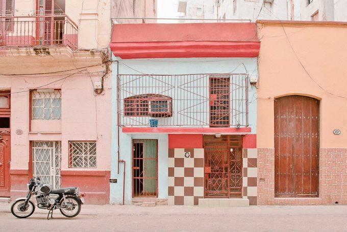 Hình ảnh của cô nhấn mạnh vào kiến trúc của các ngôi nhà, sự kết hợp của những gam màu sặc sỡ...