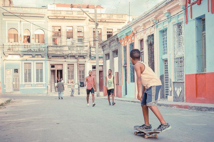 Helene yêu những màu sắc sống động, bầu không khí độc đáo khi đi dạo trên phố, ngang qua những tòa nhà đã nhuốm màu thời gian.