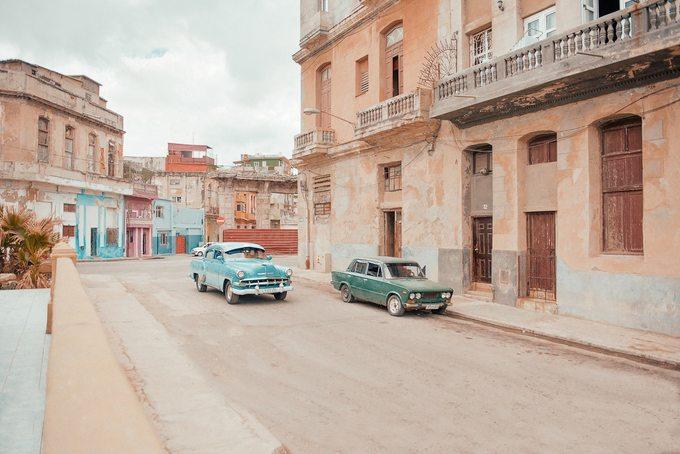 Một trong những đặc trưng của Havana là xe ôtô từ những năm 1950 vẫn còn chạy bon bon trên phố, biến khung cảnh thành phố trở nên cổ kính như trong viện bảo tàng.