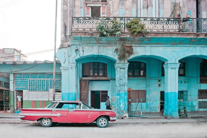 Thay vì đến những điểm du lịch nổi tiếng, quảng trường... thì Helene len lỏi vào các khu phố của người bản địa, tìm không khí bình yên ở Havana.