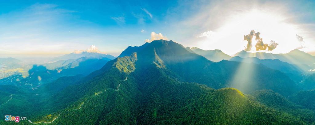 Vườn quốc gia Bạch Mã nằm tại địa phận huyện Phú Lộc, tỉnh Thừa Thiên Huế. Nơi đây còn được nhiều người ưu ái đặt cho những tên gọi như Đại ngàn ngựa trắng, Non thiêng Bạch Mã hay Đà Lạt của miền Trung... nhờ cảnh quan hùng vĩ, trải dài.