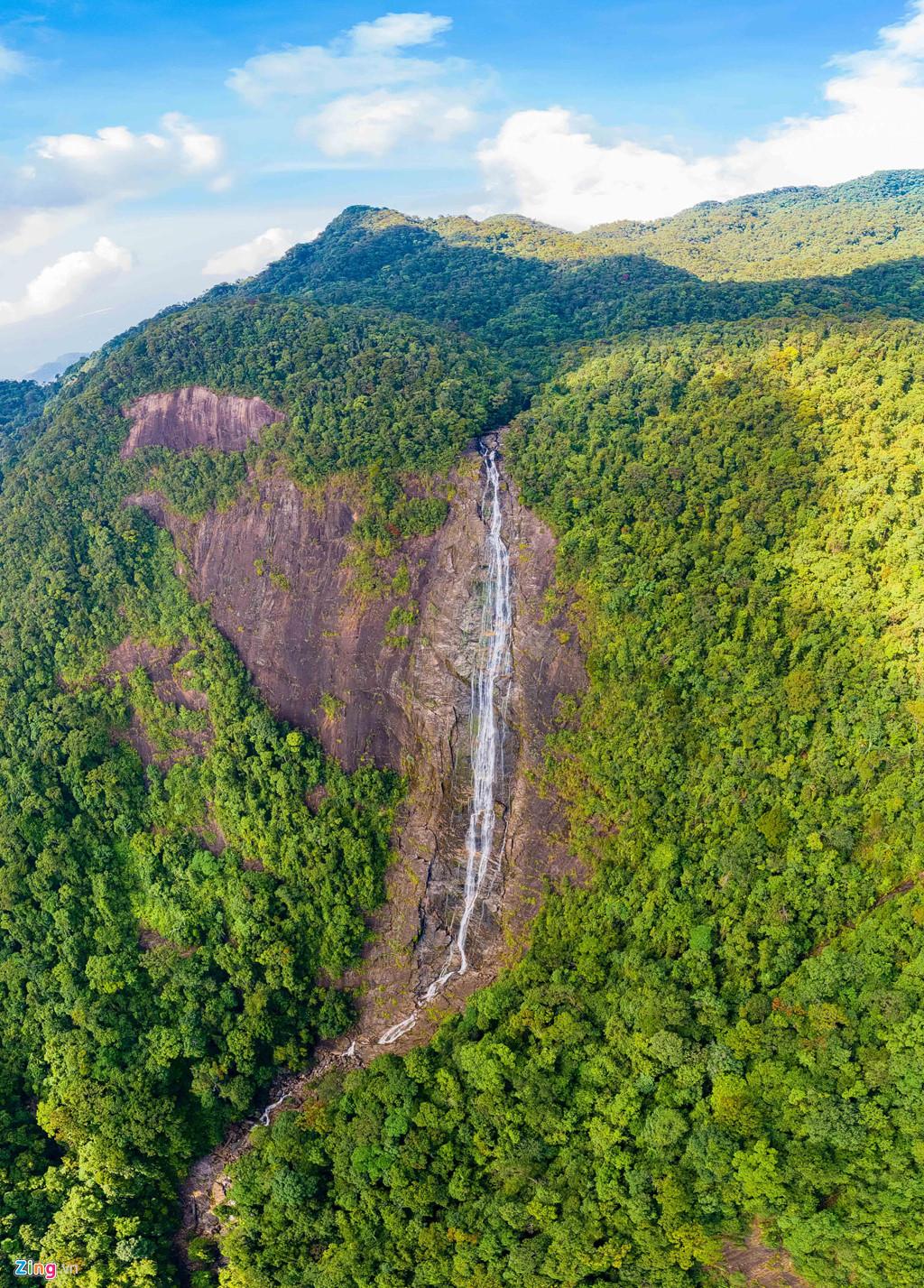 Với tổng diện tích gần 37.500 ha, đến đây, du khách sẽ được tìm hiểu về hệ động thực vật phong phú, ngắm nhìn khung cảnh hùng vĩ của núi rừng, cảm nhận thời tiết 4 mùa trong một ngày.