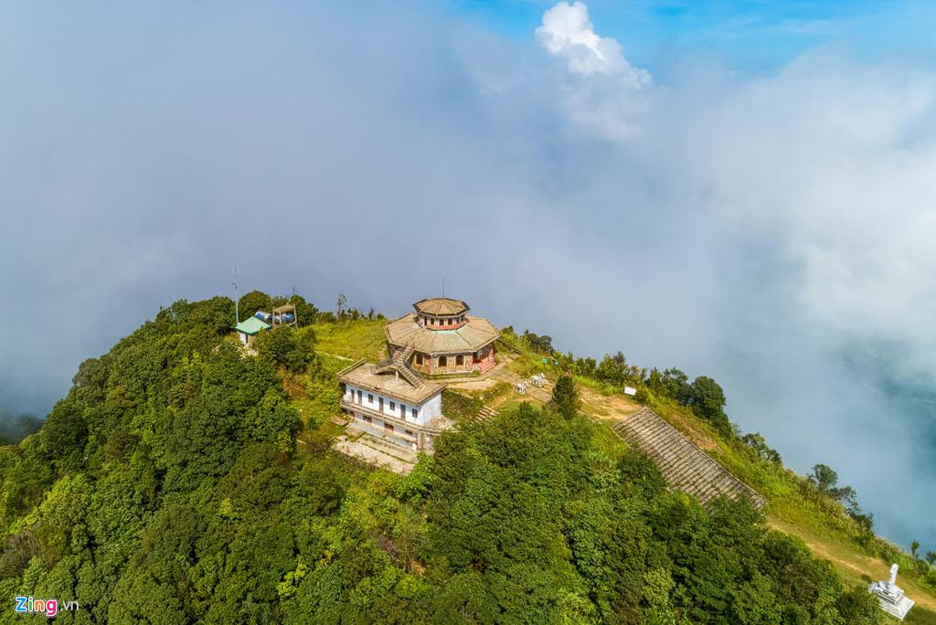 Hải Vọng đài nằm ở độ cao hơn 1.400 m, nơi cao nhất của đỉnh núi Bạch Mã. Để đến đây, du khách sẽ phải chinh phục đường mòn Hải Vọng Đài, một trong những chặng đường chinh phục đơn giản nhẹ nhàng nhất tại vườn quốc gia Bạch Mã.