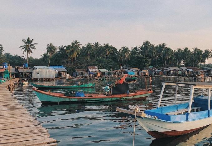 """""""Chịu chơi"""" hơn, bạn cũng có thể xin phép người dân để được cùng lên thuyền ra thăm bè cá, đi thả lưới, câu mực, đánh bắt ngoài khơi... cho trải nghiệm thú vị."""