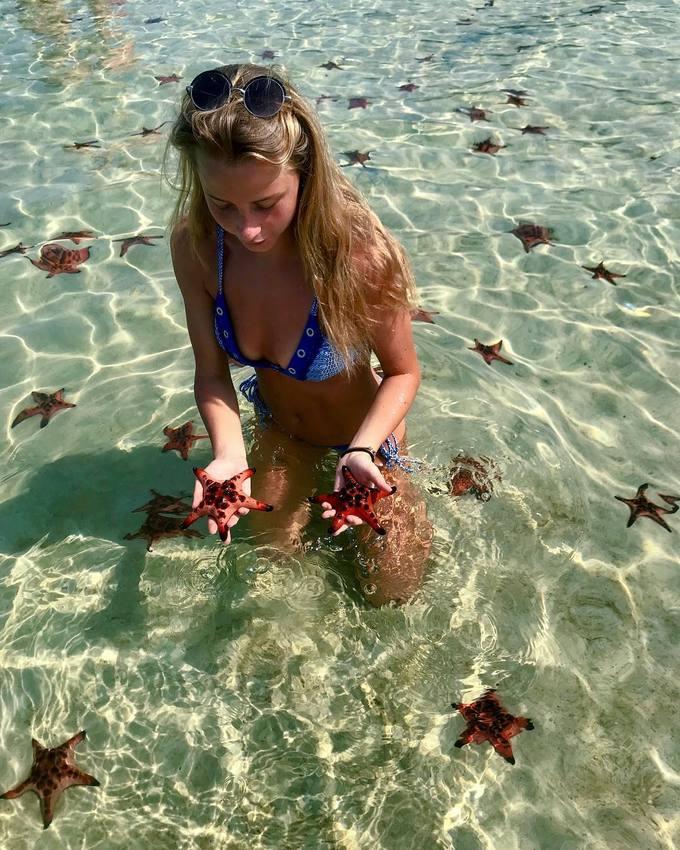 Như nhiều bãi biển khác ở Phú Quốc, làn nước trong veo, cát trắng ở Rạch Vẹm khiến bạn chỉ muốn đắm mình cùng những chú sao biển ngay lập tức.
