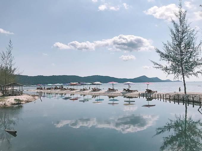 Dù vẫn còn khá hoang sơ, chỉ tầm 200 hộ dân đang sinh sống nhưng ở đây vẫn có vài nơi làm du lịch cho bạn lựa chọn. Bạn có thể thuê một chiếc ghế, nằm ngắm biển rồi nhấm nháp trái dừa mát lạnh dưới nắng hè.
