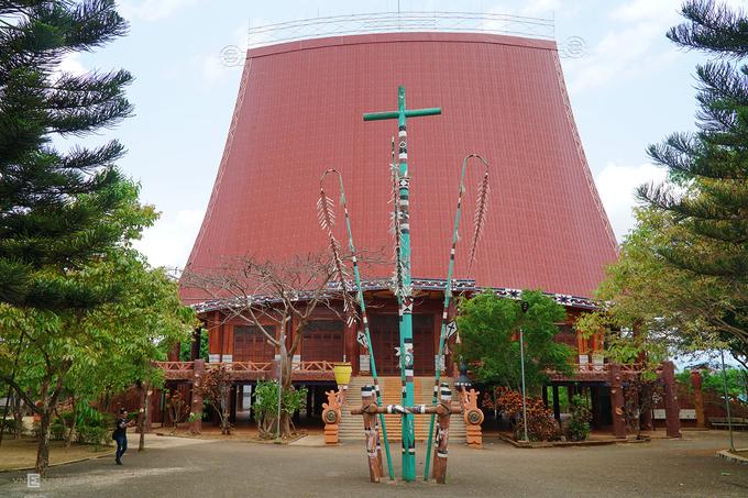 Nhà thờ phong cách nhà rông  Nhà thờ Pleichuet nằm trên đường Trương Định, phường Thắng Lợi, trung tâm thành phố Pleiku. Mang dáng dấp nhà rông, nhà thờ không chỉ là nơi sinh hoạt của người dân địa phương mà còn là điểm tham quan với du khách. Nhà thờ lớn gấp 5 lần so với nhà rông thông thường. Công trình có mái dốc và được dựng trên những cây cột to. Du khách có thể đến đây vào bất cứ thời điểm nào trong ngày để tham quan và chụp ảnh.