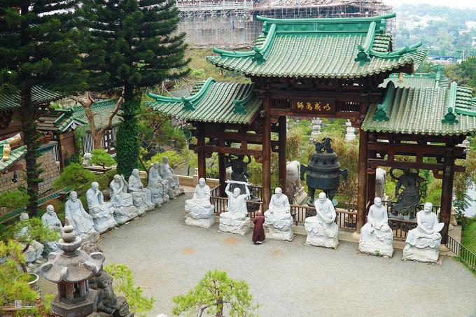 Chùa Minh Thành  Ngôi chùa được xây dựng từ năm 1964, mang dáng dấp kiến trúc Nhật Bản, có chánh điện cao 16 m, trần nhà làm bằng gỗ pơ-mu. Trước mặt chánh điện là tượng đá 18 vị La Hán. Ghé nơi này, bạn đừng quên đến thăm tượng đức Phật A Di Đà cao 7,5 m, nặng 40 tấn được đặt giữa một hồ nước có hàng liễu bao quanh.