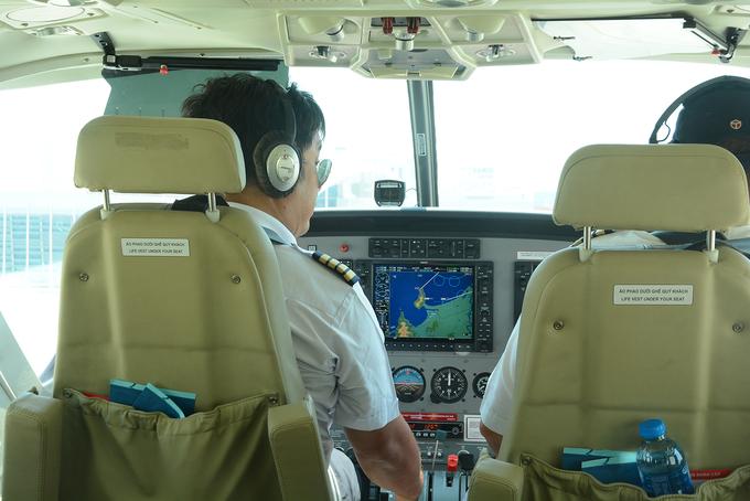 Bay phi cơ ngắm cảnh là dịch vụ mới mở ở Đà Nẵng, mang lại trải nghiệm độc đáo cho du khách. Máy bay sử dụng cho chặng này là Cessna Grand Caravan 208B-EX với sức chứa tối đa 12 hành khách. Du khách cần đến trước giờ cất cánh 30 phút, điểm khởi hành là sân bay Đà Nẵng.