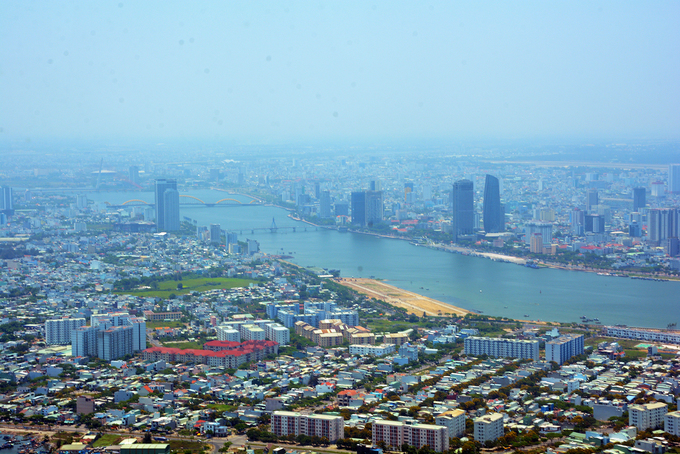 """Từ phi cơ, Đà Nẵng hiện ra đúng với tên gọi """"thành phố của những cây cầu"""". Du khách dễ dàng ngắm cầu Sông Hàn, cầu Rồng, cầu Thuận Phước... cùng những toà nhà cao tầng."""