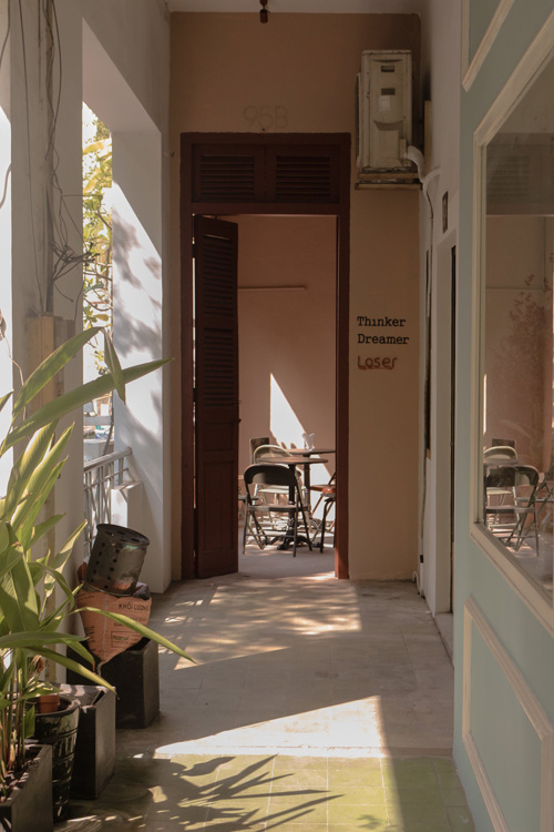 Thinker & Dreamer Coffee  Quán nhỏ mới xuất hiện trên đường Lý Tự Trọng sớm trở thành địa chỉ yêu thích của tín đồ cà phê nhờ phong cách thiết kế nhẹ nhàng, lấy tông nâu làm gam màu chủ đạo. Quán nằm bên trong một chung cư cũ. Ban công nhỏ cùng những ô cửa sổ luôn ngập nắng là nơi bạn có thể nhìn dòng xe xuôi ngược bên dưới.