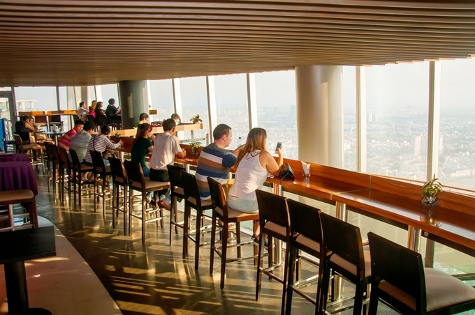 Café EON  Tọa lạc trên tầng 51 của một trong những toà nhà cao nhất Sài Gòn ở quận 1, địa chỉ này sở hữu tầm nhìn khoáng đạt. Từ độ cao 200 m, bạn sẽ cảm thấy tách biệt với không gian náo nhiệt bên dưới. Nơi này cũng trở thành điểm hẹn hò lý tưởng cho các cặp đôi.