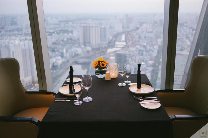 """Hoàng hôn là khoảng thời gian nhiều du khách muốn """"săn"""" nhất khi đến địa chỉ này. Sau khi tận hưởng khoảnh khắc cuối ngày, bạn có thể thưởng thức bữa tối sang trọng được chuẩn bị bởi đầu bếp có nhiều năm kinh nghiệm."""