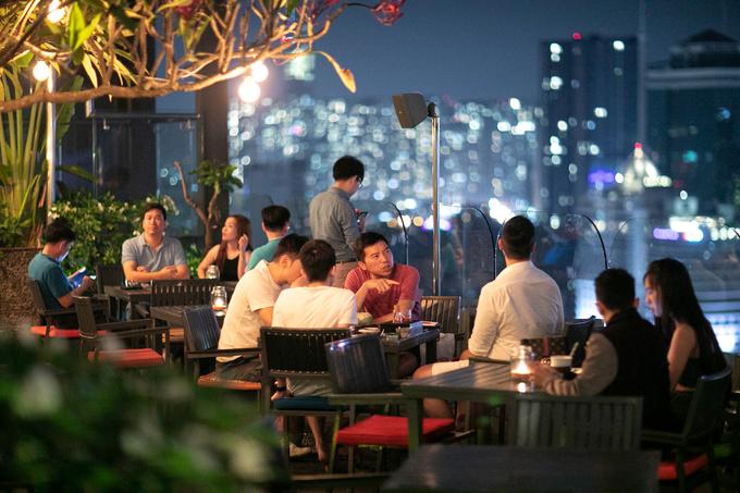 Shri Restaurant & Lounge  Đây là nhà hàng, quán cà phê nằm trên tầng cao nhất của một tòa nhà thuộc đường Nguyễn Thị Minh Khai, quận 3, bắt đầu hoạt động từ năm 2010. Nếu không gian bên trong đem lại cho du khách sự lãng mạn và sang trọng, chỗ ngồi bên ngoài lại thoáng mát, dễ chịu. Quán thường xuyên đón những nhóm khách muốn tìm nơi thư giãn và có thể ngắm Sài Gòn về đêm.