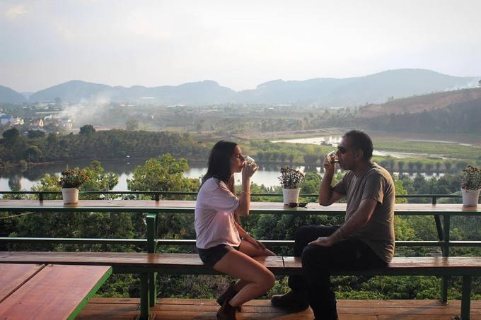 Mê Linh coffee  Tuy nằm khá xa trung tâm thành phố Đà Lạt, quán vẫn thu hút đông đảo du khách nhờ không gian thoáng mát và tầm nhìn rộng mở. Chỗ ngồi của khách được thiết kế như một ban công, cho phép ngắm những cánh rừng cùng hồ Cam Ly bên dưới.