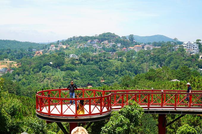 Đà Lạt View  Quán trên đường Khe Sanh, ở lưng chừng đèo Mimoza nổi tiếng. Bao quanh quán là núi rừng bao la. Nhờ có nhiều tiểu cảnh như chiếc cầu màu đỏ nối dài ra giữa rừng hay cổng trời, địa chỉ này được lòng nhiều du khách, đặc biệt là các bạn trẻ thích chụp ảnh. Đây cũng là nơi đón nhiều cặp đôi chụp ảnh cưới. Ảnh: Di Vỹ.