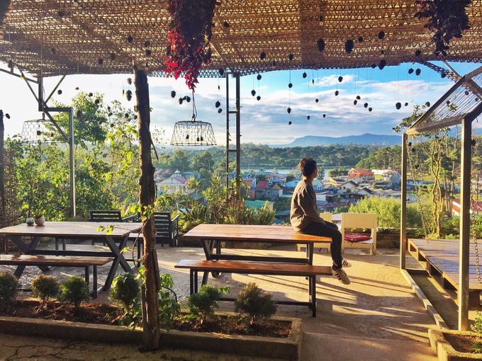 Chỗ ngồi ở ngoài là sự lựa chọn hàng đầu mỗi khi đến quán này. Từ đây, bạn sẽ thu vào tầm mắt những ngôi nhà đầy màu sắc nằm bên triền núi. Đồ uống được khách ưa gọi cũng là cà phê và các loại sinh tố, nước ép. Giá dao động từ 40.000 đồng.