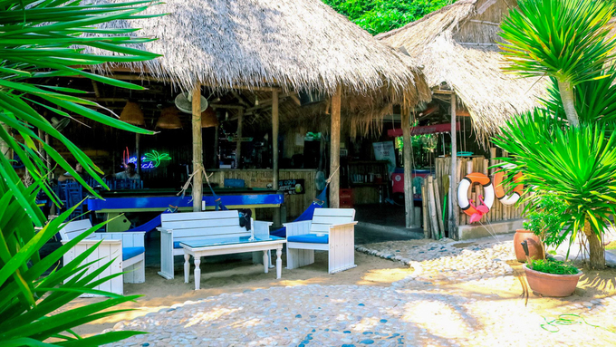 Life's A Beach Motel & Café  Tọa lạc ven biển Bãi Xếp, phường Ghềnh Ráng, nơi này phục vụ cả đồ ăn, thức uống và chỗ lưu trú. Chủ quán là hai người Anh có ước mơ xây dựng một thiên đường nghỉ dưỡng ở vùng đất này. Không gian quán mang đến cho du khách cảm giác gần gũi, thoải mái với vật liệu tre, nứa, mái tranh kiểu bãi biển nhiệt đới. Đồ uống tại đây khá đa dạng với cà phê, trà, nước ép, sinh tố… giá từ 20.000 đến 50.000 đồng. Ngoài ra, quán còn phục vụ các món ăn Á – Âu, đa phần là hải sản địa phương, mức giá khoảng 120.000 - 200.000 đồng. Ảnh: Life's A Beach.