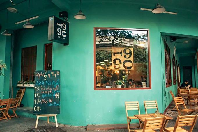 Cà phê 1990  Nếu bạn là người hoài cổ, ưa thích những đồ vật cũ kỹ của Việt Nam thập niên 90, quán cà phê nhỏ trên đường 31/3 là một lựa chọn nên thử. Không gian bên trong được trang trí với tivi đen trắng, loa phát thanh, ấm tích… Thêm một điểm cộng là quán nằm gần bờ biển, chỉ mất khoảng 3 phút đi bộ. Các đồ uống của quán có giá 15.000 – 35.000 đồng. Ảnh: Cà Phê 1990.