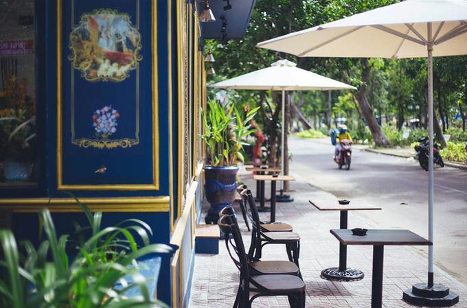 Marina  Hai cơ sở của thương hiệu cà phê này nằm trên đường Đô Đốc Bảo và Trần Quý Cáp, cách bãi biển Quy Nhơn khoảng 600 m. Marina là một trong những quán cà phê được khách du lịch trẻ tuổi ưa chuộng khi đến Quy Nhơn bởi tầm nhìn đẹp, không gian đa dạng và gần trung tâm thương mại. Cả hai quán đều có thiết kế phong cách châu Âu, với chỗ ngồi ngoài trời và trong nhà kính, phù hợp với nhiều nhu cầu của khách. Đồ uống tại đây khá phong phú với cà phê, nước ép, trà sữa có giá từ 15.000 đến 35.000 đồng. Nhiều du khách từng đến đây đánh giá cao các thức uống pha chế từ trái cây. Ảnh: Marina Coffee.