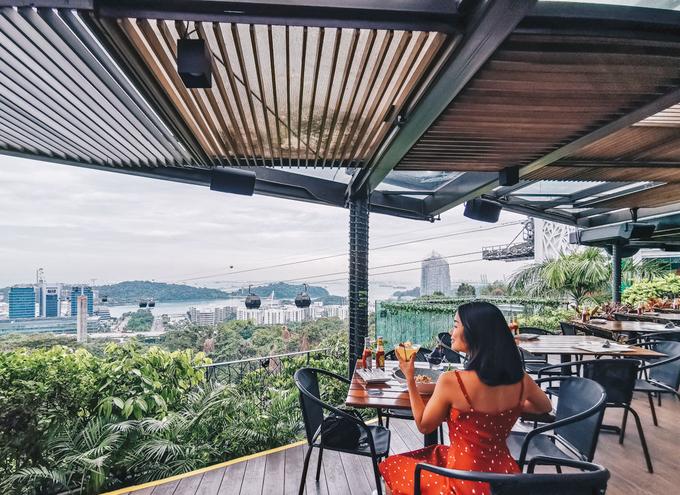 6. Dusk Restaurant  Địa chỉ: Faber Peak Singapore, Level 2, 109 Mount Faber Road,  Giờ mở cửa: thứ 2 - thứ 5: 16h - 23h, thứ 6 - thứ 7: 16h - 2h sáng hôm sau, chủ nhật: 11h - 23h.