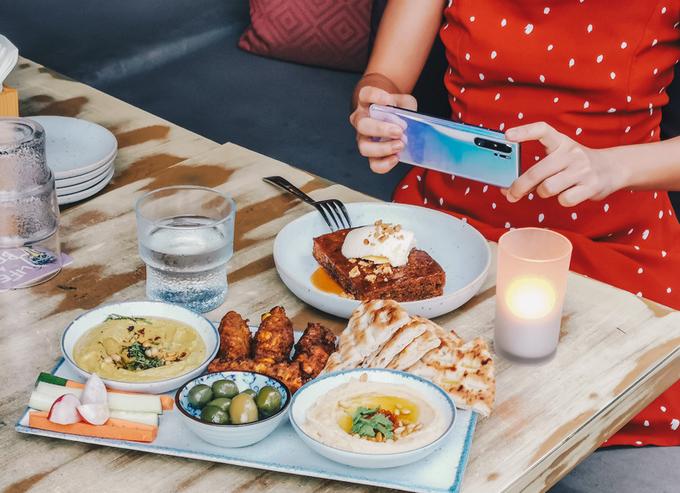 """Nằm ở trung tâm Robertson Quay bên sông Singapore, nhà hàng sẽ """"tặng bạn một vé đến thẳng Địa Trung Hải"""" với những món ăn mang phong cách ẩm thực của khu vực này. Món khai vị thường bắt đầu bằng oliu, thịt hun khói, bánh ngô, bánh mì dẹt... Về món tráng miệng, thực khách yêu thích món pudding chanh, hạt dẻ và kem bơ."""