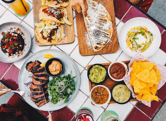 Nhà hàng mang phong cách ẩm thực Mexico, thực đơn có nhiều loại tacos phong phú. Ngoài ra, bạn có thể chọn các món bít tết đã nhận được nhiều lời khen.