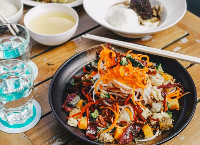 Nhà hàng nằm bên sông Singapore, gần bảo tàng văn minh châu Á, là nơi thích hợp để dùng bữa sáng muộn (brunch) trong không gian yên bình. Vị trí ngồi ngoài trời được bao quanh bởi hàng cây lớn và tiếng chim hót. Phong cách chủ đạo ở nhà hàng là các món ăn châu Á, đặc biệt là các món Trung Quốc như cơm gà Hải Nam.