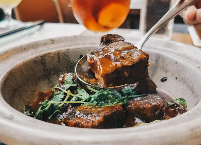 Đây là một nhà hàng Trung Hoa nằm tại Sentosa Cove, là nơi hoàn hảo để tổ chức một bữa tiệc đặc biệt nếu bạn yêu thích các món ăn châu Á. Điểm ấn tượng đầu tiên khi tới đây là những chiếc đèn lồng màu cam treo trên trần nhà tỏa ánh sáng ấm áp.