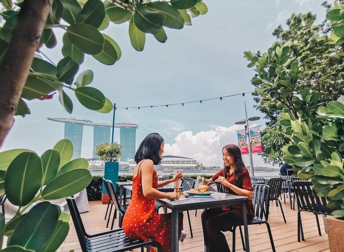 5. Overeasy  Địa chỉ: 1 Fullerton Road, Singapore  Giờ mở cửa: thứ 2 - thứ 6: 11h30 - 14h30, 17h - 1h sáng hôm sau. Thứ 7: 10h - 1h sáng hôm sau. Chủ nhật: 10h - 23h.