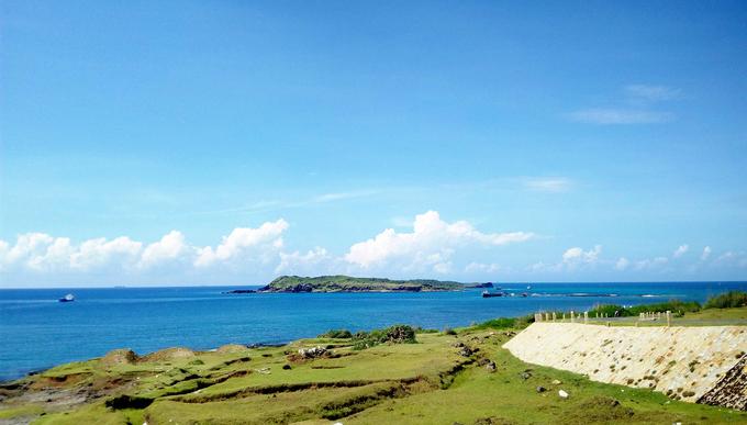 Đảo Phú Quý  Phú Quý hay Cù Lao Thu cách thành phố Phan Thiết 56 hải lý. Huyện đảo rộng khoảng 17 km2, gồm ba xã là Long Hải, Ngũ Phụng và Tam Thanh. Nơi này thu hút du khách bởi những bãi biển vắng người, khung cảnh thiên nhiên hoang sơ. Hiện phương tiện duy nhất để lên đảo là tàu, mất khoảng 4 - 6 giờ tùy loại.  Đã đặt chân lên đảo, bạn không thể không ghé thăm hải đăng Phú Quý cùng cột cờ chủ quyền đảo trên núi Cấm, núi Cao Cát, đền thờ cá Ông Vạn An Thạnh, cánh đồng phong điện, bờ kè Ngũ Phụng, dinh mộ Thầy Sài Nại hay còn gọi là Mộ Thầy. Bình minh vào buổi sớm là khoảnh khắc bạn không thể bỏ qua. Ảnh: Tính Phú Quý.