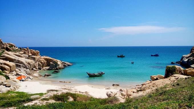 Cù Lao Câu  Cù Lao Câu hay Hòn Cau là đảo nhỏ thuộc huyện Tuy Phong, bờ gần nhất cách trung tâm Phan Thiết khoảng 80 km. Những bãi cát trắng mịn, nước biển trong xanh cùng bãi đá hùng vĩ ở đây thu hút nhiều người yêu thích sự hoang sơ.  Để ra đảo, bạn có thể khởi hành từ nhiều điểm, phổ biến nhất là thị trấn Liên Hương hoặc cảng cá Phước Thể, xã Vĩnh Tân. Các hoạt động nổi bật trên đảo là lặn ngắm san hô, khám phá bãi đá tự nhiên. Một số điểm tham quan nên ghé là: Hang Ba Hòn, giếng Tiên, bãi Tiên, hang Tình Yêu, bãi Cá Suốt, đền thờ thần Nam Hải. Ảnh: Phan Vi Duc.