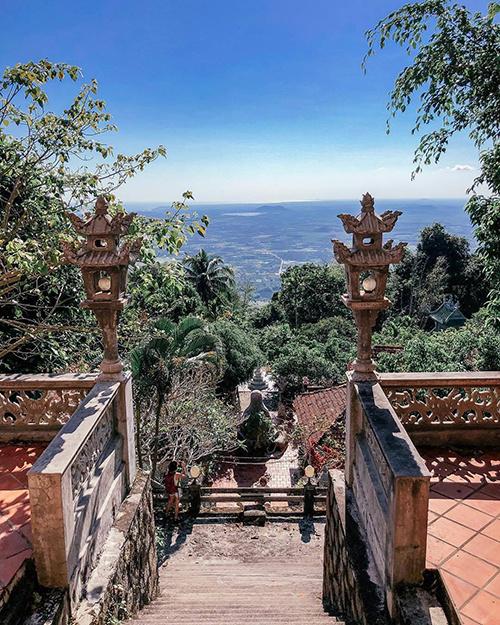 Núi Tà Cú  Men theo quốc lộ 1A, cách trung tâm TP Phan Thiết 28 km về phía nam, núi Tà Cú (huyện Hàm Thuận Nam) là địa điểm lý tưởng cho những ai thích leo núi khám phá rừng già. Bạn sẽ mất khoảng 2 - 3 giờ để leo lên đỉnh. Từ đây, bạn được dịp thu vào tầm mắt cảnh đẹp ngút ngàn của khu vực đồng bằng bên dưới. Ảnh: Marina.
