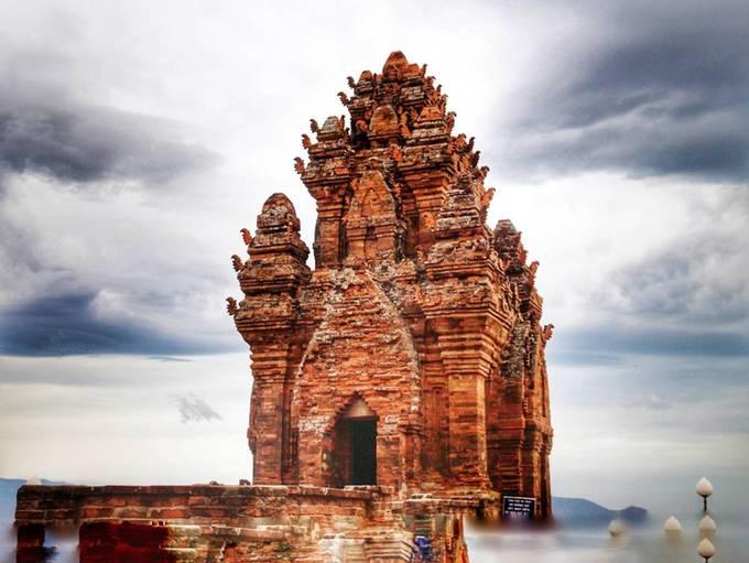Tháp Chăm  Tháp Chăm Po Sah là một trong những công trình kiến trúc đặc sắc, cách trung thành phố Phan Thiết khoảng 7 km. Bạn dễ dàng di chuyển bằng xe máy đến đây. Được xây dựng từ cuối thế kỷ VIII, công trình hiện đã bị bào mòn bởi khí hậu, thời tiết nhưng vẫn giữ lại một số dấu tích. Ảnh: Vu Patrick.
