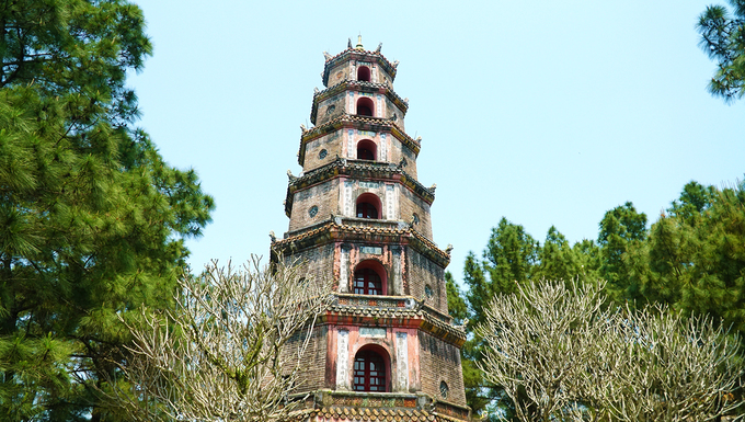 Chùa Thiên Mụ  Chùa Thiên Mụ xây vào năm 1601, còn được gọi là Linh Mụ. Chùa nằm trên đồi Hà Khê cách trung tâm TP Huế khoảng 5 km về phía tây, với hướng nhìn ra dòng sông Hương. Đến đây, du khách sẽ được đắm mình trong không gian thanh tịnh và trong lành cùng cảnh vật thiên nhiên yên bình. Ảnh: Phong Vinh.