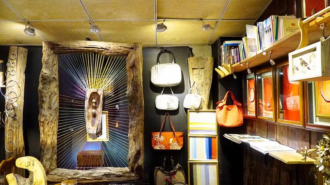 Bảo tàng nghề thêu  Nằm cạnh bờ sông Hương, trên đường Phạm Hồng Thái, bảo tàng Nghệ thuật thêu XQ mang lại cho du khách cái nhìn gần gũi về nghề thêu thông qua nghệ thuật sắp đặt. Hiện nơi đây có hơn 400 tác phẩm, hiện vật, tranh ảnh, tài liệu liên quan đến nghề thêu. Các tác phẩm trong bảo tàng đều do nghệ nhân ở Huế thực hiện. Ảnh: Phong Vinh.