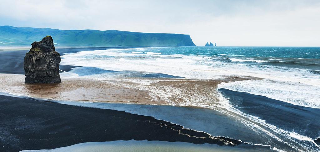 Nhắc đến biển, người ta thường nghĩ ngay đến những bãi cát trắng trải dài, hàng dừa xanh cao vút che chắn mặt nước trong veo khỏi từng dải nắng vàng. Được đắm mình trong khung cảnh thơ mộng ấy chính là niềm yêu thích của rất nhiều người... Ảnh: Flightnetwork.