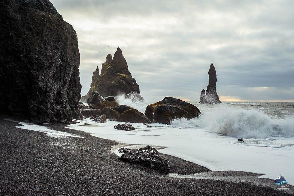 Tuy nhiên, có những bãi biển chỉ nhắc đến thôi đã khiến nhiều người rùng mình bởi những con sóng cuồn cuộn cùng bờ cát đen như mảnh đất của quỷ dữ. Đó chính là Reynisfjara, bãi biển cát đen nổi tiếng ở đất nước Iceland. Ảnh: Arcticadventures.