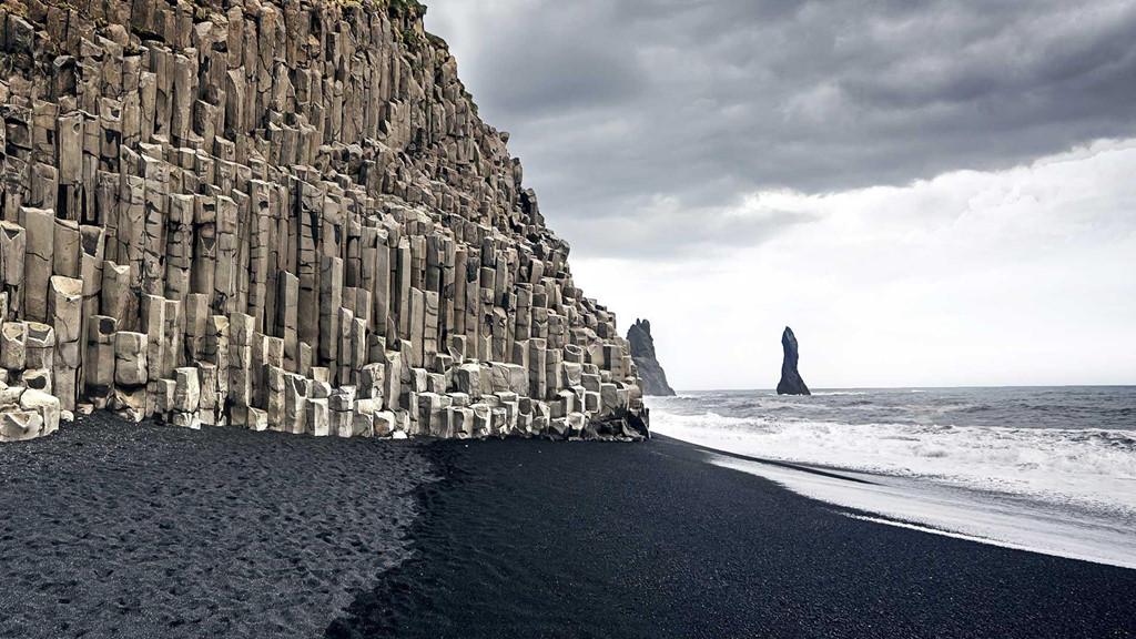 Với 130 ngọn núi lửa lớn nhỏ, Iceland sở hữu rất nhiều bãi biển cát đen được sinh ra từ những đống tro tàn của dung nham núi lửa phun trào. Nổi tiếng nhất chính là bãi biển Vik, hay còn có tên là Reynisfjara, nơi sở hữu khung cảnh đen tuyền tuyệt đẹp. Ảnh: Iceland.nordicvisitor.