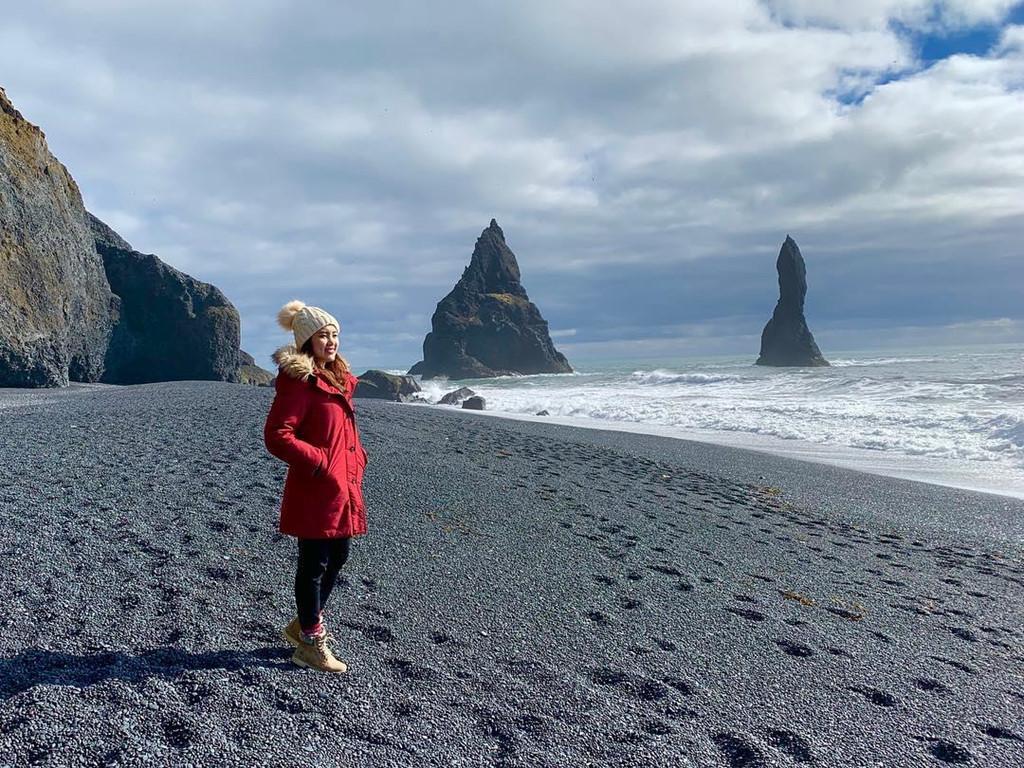 Nằm ở miền nam Iceland, cách thủ đô Reykjavik 177 km, bãi cát đen nổi tiếng này được bao quanh bởi các cao nguyên hùng vĩ, các vách đá dựng đứng và những vòm đá bazan huyền bí. Năm 1991, kênh truyền hình nổi tiếng National Geographic đã bình chọn Reynisfjara là một trong 10 bãi biển phi nhiệt đới đáng tham quan nhất hành tinh. Ảnh: Valerieteo.