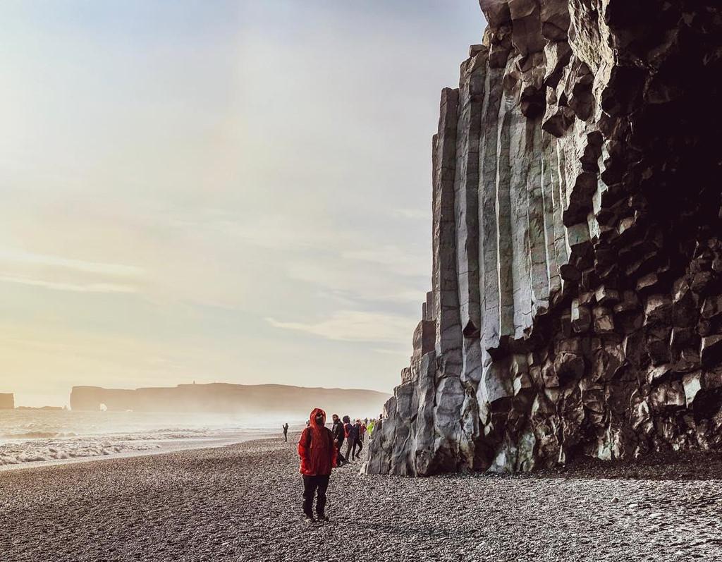 Khi núi lửa phun trào, nham thạch tràn xuống biển, gặp lạnh vỡ tan, đó chính là nguyên nhân khiến cát ở đây mang một màu đen đặc biệt đến vậy. Khi đặt chân đến đây, du khách sẽ có một cảm giác hoàn toàn khác, giống như bước vào khung cảnh trong một bộ phim khoa học viễn tưởng. Ảnh: Ft2057.